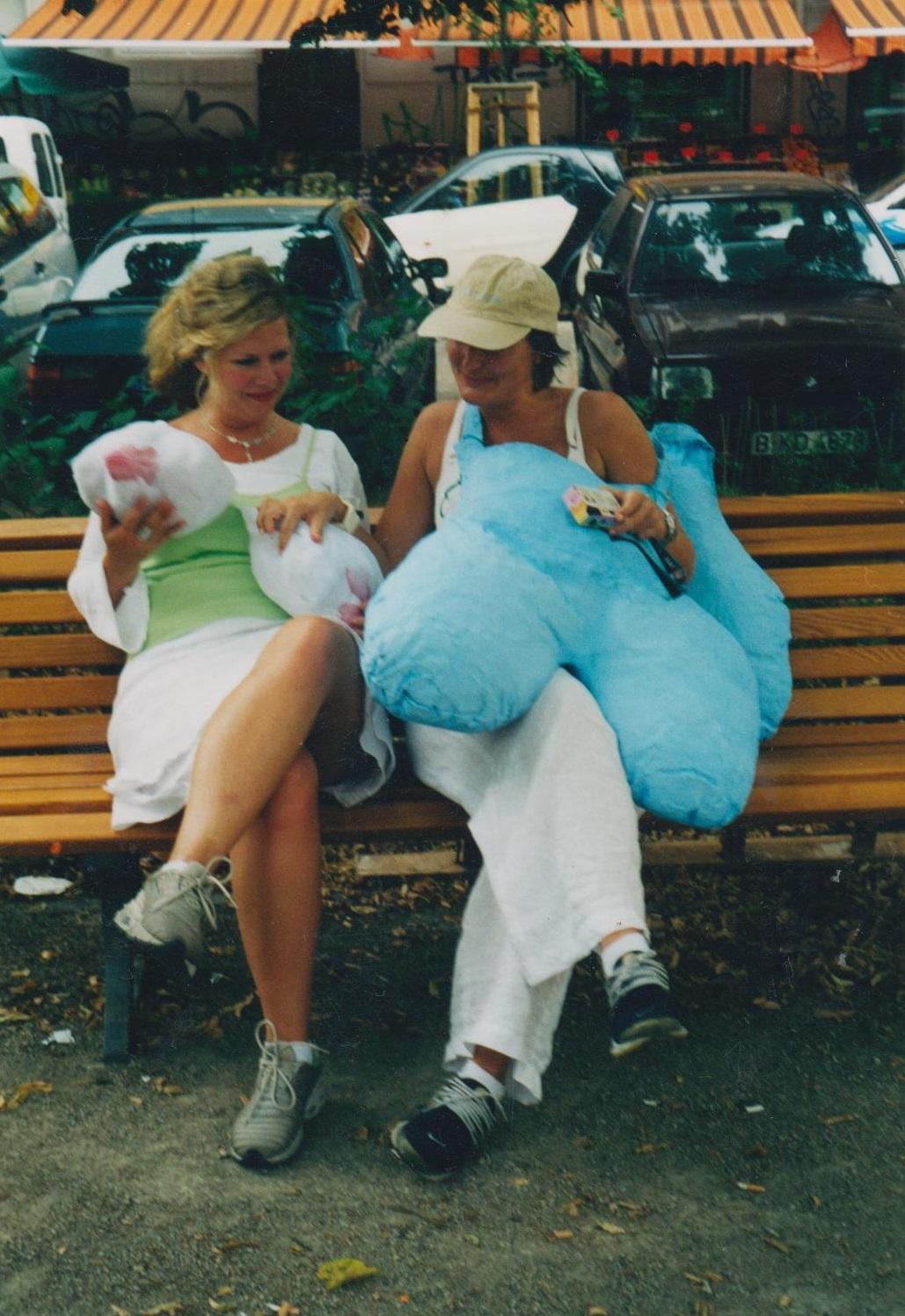 Alexandra Holownia, Skulpturen Kostüm- Kunstproject Dolly Baum- Wismar Platz-Berlin 2002